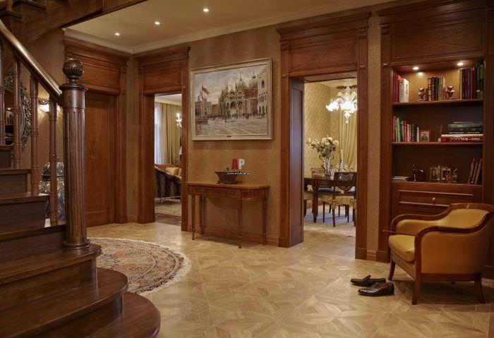 Интерьер первого этажа двухуровневой квартиры в стиле классики