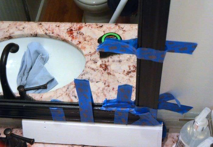 Фиксация реек зеркальной рамки скотчем