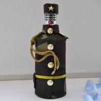 Цепочка от фуражки на декоративной бутылке