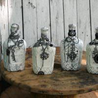 Подарочные бутылки на деревянном столике