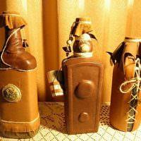 Использование кожи при оформлении бутылки в подарок