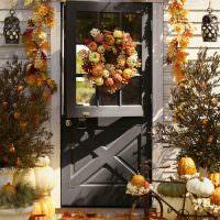Осенний декр входной двери загородного дома