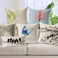Вышивка на серых декоративных подушках