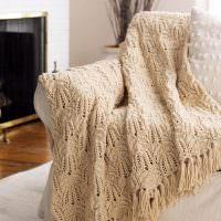 Вязаная шаль на спинке дивана