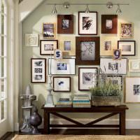 Выставка домашних фотографий в прихожей