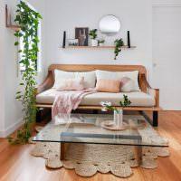 Простая полочка с декорациями в интерьере гостиной
