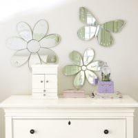 Декоративные цветы из кусочков зеркала