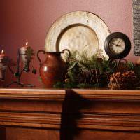 Шишки и ветки на комоде в гостиной