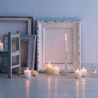 Горящие свечи на полу гостиной