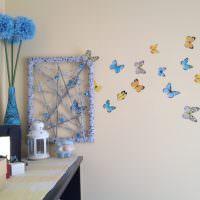 Цветные бабочки на стене гостиной