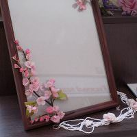 Искусственные цветы на деревянной рамке