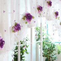 Белая занавеска с цветочками сиреневого цвета