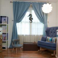 Голубые шторы в комнате для новорожденного