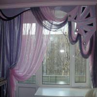 Украшение окна гостиной в городской квартире
