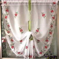 Зеленая лента на светлой шторе с цветочками
