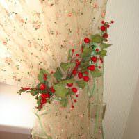 Искусственные листики с ягодками на бежевой шторе