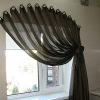 Черный тюль на кухонном окне без карниза