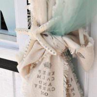 Морская звезда из ткани на занавеске в спальне