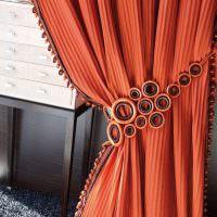 Оранжевая штора с оригинальным подхватом