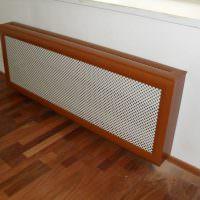 Сетчатый экран с деревянным корпусом на батарее отопления
