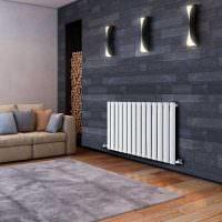 Белая батарея на серой стене