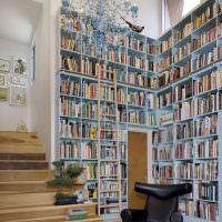 Черное кресло в домашней библиотеке