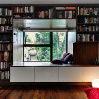 Книжные полки вокруг окна в частном доме