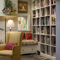 Каменный пол в комнате с книгами