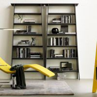 Желтое кресло и черный стеллаж для книг