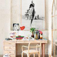 Письменный стол в комнате молодой девушки