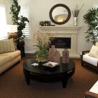 Коричневый ковролина на полу гостиной с камином