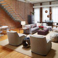 Интерьер просторной гостиной с лестницей
