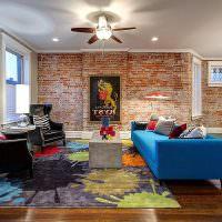 Синий диван на деревянном полу