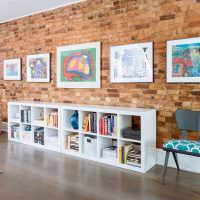 Картины на стене из красного кирпича