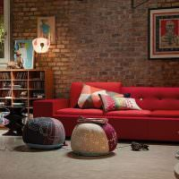 Красный диван в дизайне гостиной