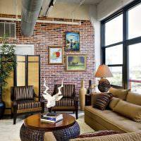 Труба вентиляции в интерьере гостиной