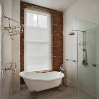 Белая ванна в санузле частного дома