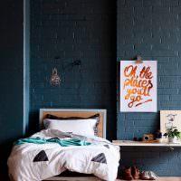 Крашенный кирпич в интерьере спальни