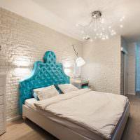 Голубое изголовье кровати в белой спальне