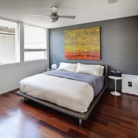 Выделение акцентной стены спальни серым цветом