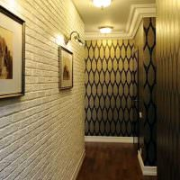 Имитация кирпича на стене узкой прихожей