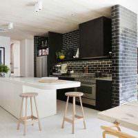 Имитация кирпичной кладки в интерьере кухни-гостиной