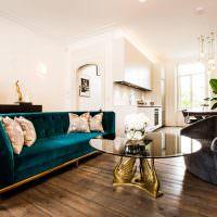 Деревянный пол из досок в белой гостиной