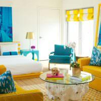 Желтая мебель в гостиной с белыми стенами