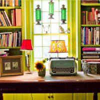 Деревянные стеллажи с книгами в домашней библиотеке