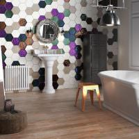 Отделка стены ванной пестрой мозаикой