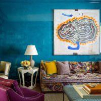 Синяя стена с зеркальной поверхностью