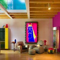 Синяя лошадь на картине в гостиной