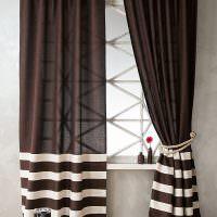 Белые полоски на коричневых шторах