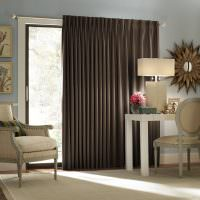 Бежевая мебель и коричневые шторы